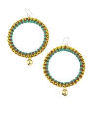 Boucles d'oreilles en cuir naturel décoré de coutures de fils de deux couleurs estivales et réhaussées d'un petit grelot