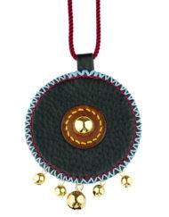 Collier avec large pendentif en cuir grainé, association de couleurs de cuirs naturels, de fils de couleurs estivales, de passementerie et d'accessoires dorés pour un style ethnique unique.
