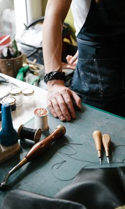 Fabien Ifirès dans son atelier de sellerie à Paris. Photographe : Maxime Sery.