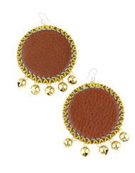 Boucles d'oreilles comme de larges disques de cuir naturel décorés de coutures de fils de couleurs estivales, avec 5 petits grelots dorés.