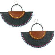 Boucles d'oreilles en demi-lune, association de cuirs grainés naturels cousus de fils de couleurs estivales pour un style ethnique