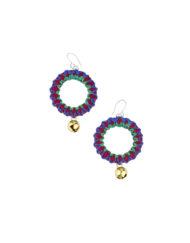 Boucles d'oreilles en petits cercles de cuir décorés de fils de couleurs estivales avec un petit grelot doré