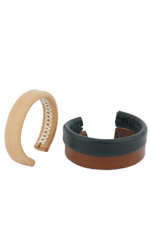 Bracelet fin minimaliste mettant en valeur le travail de couture à la main, le point sellier, réalisée dans notre atelier à Paris, en cuir beige naturel, noir et marron.