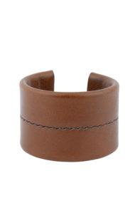 Manchette minimaliste mettant en valeur le travail de couture à la main, le point sellier, réalisée dans notre atelier à Paris, taille medium, ici en cuir marron.
