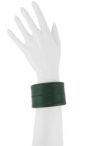 Manchette minimaliste mettant en valeur le travail de couture à la main, le point sellier, réalisée dans notre atelier à Paris, taille medium, ici en cuir vert.