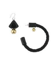 Paire de boucles d'oreilles assymétrique associant cuir, passementerie et grelots dorés, un bijou au style affirmé imaginé par Fabien Ifirès et fabriqué à la main dans son atelier à Paris.