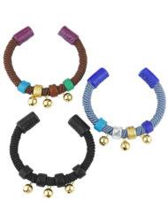 Fins bracelets associant cuir, passementerie et grelots dorés. Mix de couleurs uniques et design parfait pour l'été. 100% made in France dans l'atelier Fabien Ifirès à Paris.