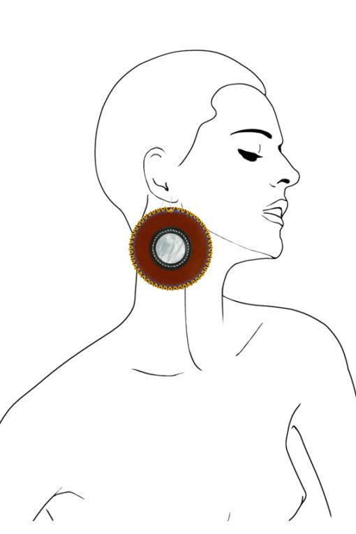 Boucles d'oreilles design Fabien Ifirès, association de cuirs naturels et de couleurs vives à des cabochon de nacre naturelle. 100% made in France