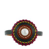Bracelet design Fabien Ifirès, associant cuirs naturels et couleurs vives à un cabochon de nacre naturelle, bijou 100% made in France