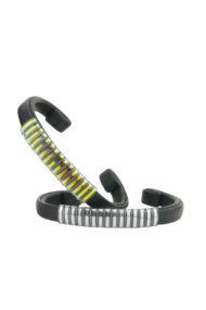 Bracelet design Fabien Ifirès, très fin, en cuir d'agneau noir avec des bandes métallisées irisées en son centre, 100% made in France.