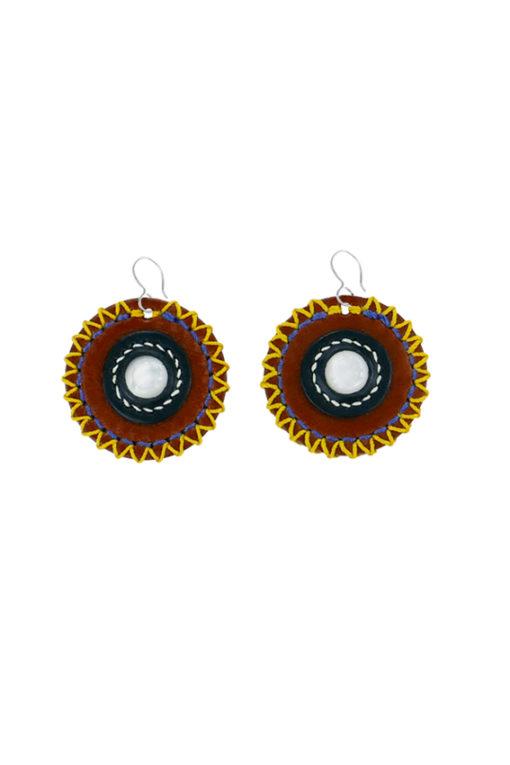 Boucles d'oreilles design Fabien Ifirès, style ethnique très estival. Cuir, cabochon de nacre et fils de couleurs vives. Bijou 100% made in France