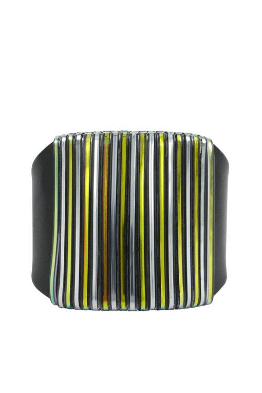 Manchette, design Fabien Ifirès, style minimaliste, agneau noir et ruban irisé métallisé, 100% made in France.
